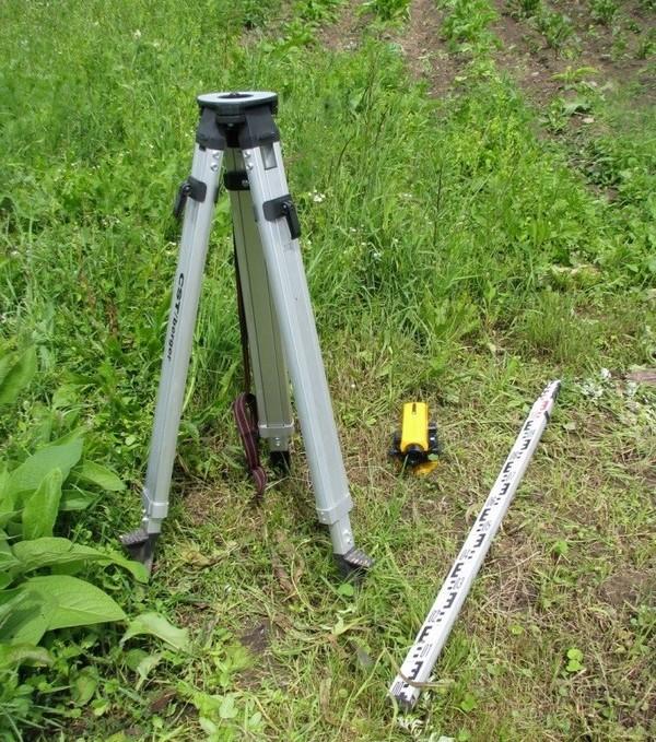 Приборы для топографической съемки: штатив, нивелир, рейка.