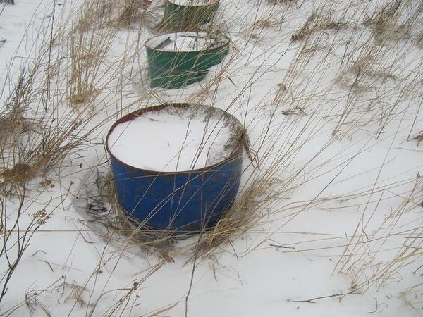 Рисунок 1. Снегозадержание рядом с хорошо обтекаемыми непроницаемыми объектами. Фото автора.